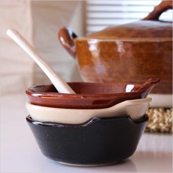 鍋料理の取り皿としてよく使われる「とんすい」。取っ手に指をかけるので安定して器を持てます。ツヤツヤの表情豊かなとんすいは、土鍋とお揃いで使いたいですね。