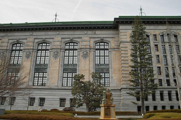 国際子ども図書館(こくさいこどもとしょかん)は、上野駅公園口から徒歩10分のところにあります。元々は帝国図書館として明治39年(1906年)に建築され、その後、昭和4年(1929年)に増築されています。現在国際子ども図書館は「レンガ棟」と近代的な「アーチ棟」に分かれていますが、レンガ棟は歴史の重みを感じる、ルネサンス様式の重厚な建物です。