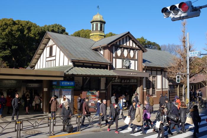 毎日多くの人が行き交う「原宿駅(はらじゅくえき)」もまた、大正13年(1924年)に建てられた歴史のある建築物。都会の真ん中にありながら、都内で最古の木造駅舎なのだそう。特徴のある三角屋根の建物が印象的です。