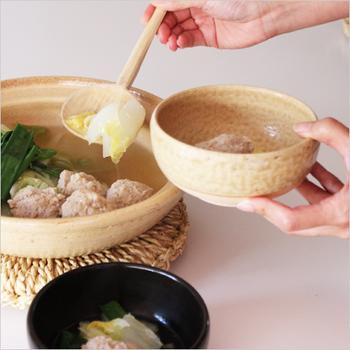 ころんと丸みのある取り皿は、大きめのつくねもスープもたっぷり入れることができます。あたたかさを感じる荒めの質感が素朴でやさしい。