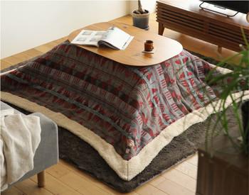 日本の冬と言えばコタツ!洋風なお部屋にも合うデザイン性の高いコタツが登場しているので、インテリアのテイストを壊す事なくオシャレにコーディネートできます。