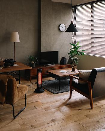 濃淡のある壁がクールでカッコイイ印象です。インダストリアルスタイルには、ブラインドがよく似合います。