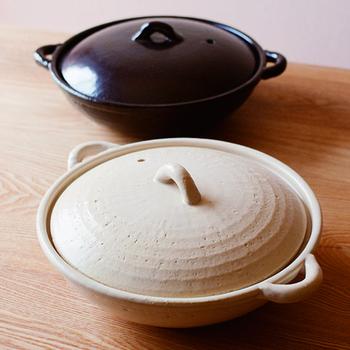 フラットな形のコセールシリーズの土鍋は2人鍋にぴったりのサイズ。鍋口が広く浅めなので食材が取り分けやすいのも嬉しいポイント。荒めの質感でほっこりとした雰囲気です。
