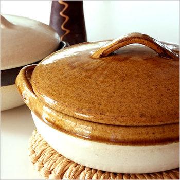 つややかな飴色がかわいいCacerola(カセロラ)の土鍋は、2~3人での「鍋会」に便利なコンパクトサイズ。シンプルなのに存在感のある2トーンカラーが、料理をよりおいしく見せてくれます。