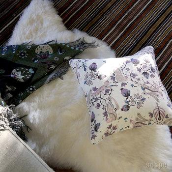 優しい色使いのKlaus Haapaniemi(クラウス・ハーパニエミ)のラビット。ロマンチックでかわいらしい雰囲気のクッションカバーに癒されます。お部屋でのんびりとくつろぐ時間にピッタリですね。