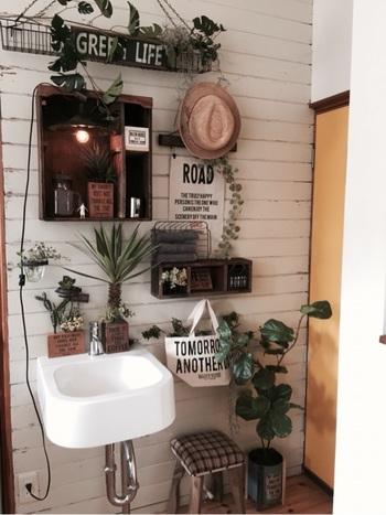 DIYした棚を洗面台の周りに設置しています。グリーンや雑貨を置くことで、殺風景になりがちな洗面所がおしゃれな空間に変身します。