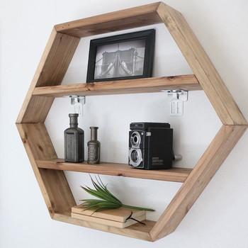 六角形の手作りの棚を、おしゃれなディスプレイ用の棚として設置しています。木のぬくもりが感じられますね。リビングの主役になります。