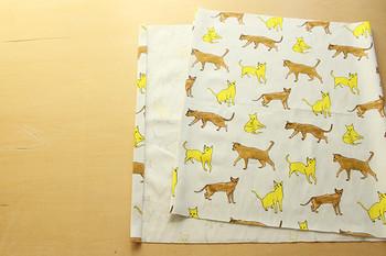 まず初めに50cm×105cmの好きな布を1枚用意します。両端を2㎝で三つ折りにし、ミシンで縫いましょう。
