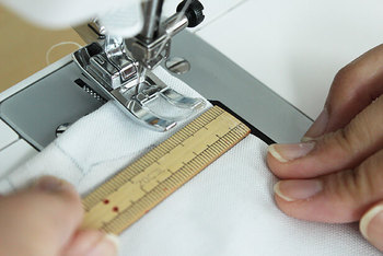 上下を縫った後は裏返しにして角まできれいに出し、もう一度端から1.5㎝のところを縫います。あまり端を縫いすぎると、最初に縫った部分が出てしまうので注意してくださいね。この方法なら表から見ても裏から見ても、切り端が見えないのでほつれる心配がありません。