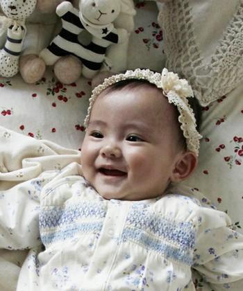 生まれて間もない赤ちゃんにも使える柔らかいカチューシャ。主な素材はオーガニックコットン素材のトーションレースです。これひとつでパッと華やかになりますね。
