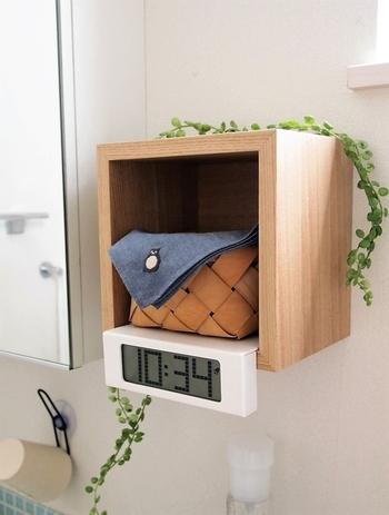 無印良品のスクエアタイプの棚を壁に設置して。洗面台に置くと濡れるのが心配な時計など、ちょっとしたもののためのスペースになります。
