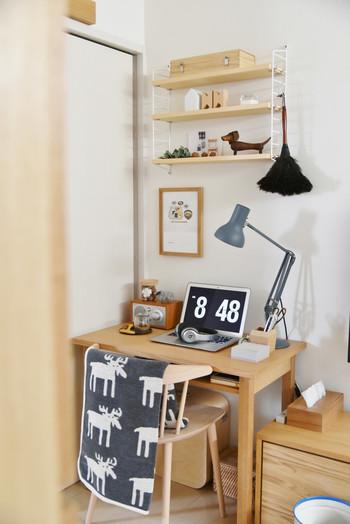 棚を床に置くと、その部分の場所を取ってしまいます。壁に付ける棚なら、下に空間ができるので、デスクなどを置くことができます。狭い部屋でも収納スペースを増やすことができるんです。