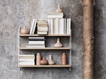 壁に直接設置できる棚が、インテリアで大活躍。無印良品の「壁に付けられる家具」シリーズや、北欧の「ストリングシェルフ」など、シンプルで実用的なものが人気です。DIYした自作の棚を設置する人もいます。