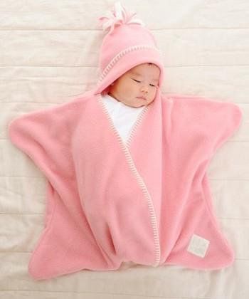 赤ちゃんが収まった姿を思わず写真に撮りたくなること請け合いの、可愛い星形おくるみ。フリース素材であたたかく、着せたままで抱っこができるので、ベビーカーやベビーシートにもそのまま乗せられます。