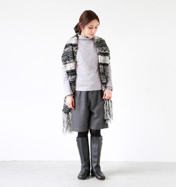 履き口部分も縫い合わせていないので、ベルトをはずせば脱ぎ履きしやすいのもメリット。歩きやすくておしゃれで、冬の定番になりそうな1足。流行に左右されないナチュラル感が素敵です。