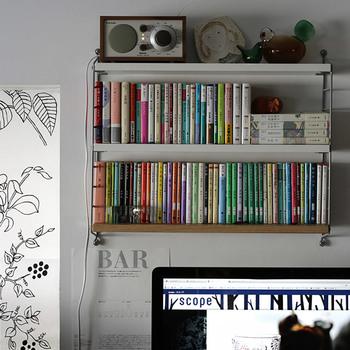 本など、ついつい量が増えてしまいがちなものも、壁に付ける棚に収納すればスッキリ。壁の好きな位置に取り付けられるので、生活導線に合わせて設置できます。