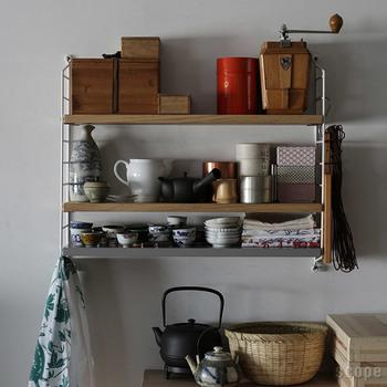 ごちゃごちゃしてしまいがちなキッチン用品。もうちょっと棚があればと思うことってありますよね。壁に付ける棚を増やすことで、たくさんのキッチン用品をすっきり整理することができます。扉がないので、取り出しやすいのも魅力です。
