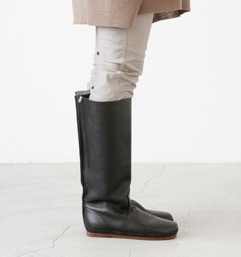 人気の「Koos(コース)」のフルグレインレザーロングブーツ。ブランドの原点ともいえるモデルなので、1枚革のベーシックなデザインで装飾も最小限に抑えられています。