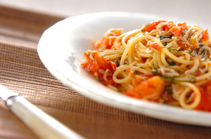 【しらすとトマトのパスタ】 トマトとしらすを炒め合わせることで、酸味と旨味が溶け合い、さっぱりしていながらも深い味わいを堪能できるパスタ。こちらのレシピでは大葉をトッピングしていますが、お好みでバジルやタイムに変えてみたり、味のバリエーションを楽しんでみてもいいですね。