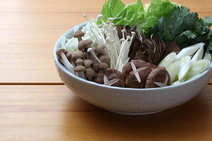 土鍋のような存在感のある盛り鉢は、深さがあるので白菜やキノコもキレイに盛れます。鍋の材料を全部並べたり追加の野菜を入れたりと人数に合わせた使い分けを。