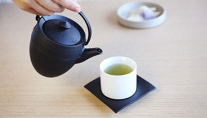 平安時代から伝わる山形鋳物の伝統美を活かした「ティーポット(急須)」は、丁寧に仕上げた鋳肌の美しさと、コロンと丸みのある愛らしいデザインが特徴です。鉄でできた丈夫なティーポットは保温性に優れているため、お湯の温度を保ち、茶葉の味と香りをじっくり抽出します。シャープな注ぎ口はお茶切れが良く、ティーポットの内側にはホーロー加工が施され、錆びにくくお手入れしやすい工夫もされています。