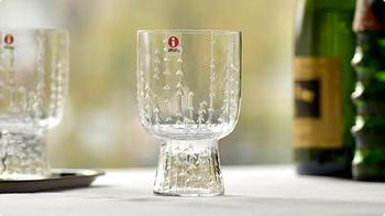フィンランドの自然を感じさせる「サルヤトングラス」。飲み物をサーブするのに丁度良いサイズです。お水や麦茶はもちろん、ワインにもよく合いますね。