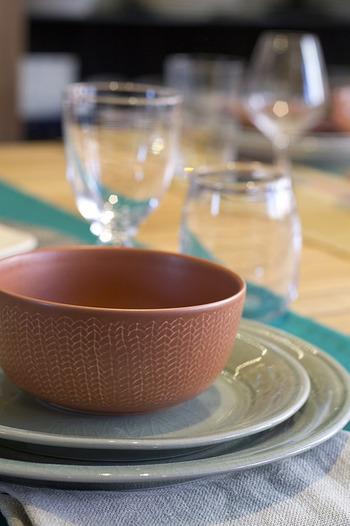 色だけでなく表面の光沢感も違いがあります。また、他のシリーズとも合わせやすく和食器的な感覚も持ち合わせています。