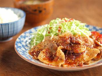がっつり食べたい!という方には、生姜焼きを豆板醤でピリ辛に仕上げた一皿がおすすめ。いつものタレに辛味がプラスされた大人向けの生姜焼きに。ご飯はもちろん、キャベツなどのお野菜との相性も◎。