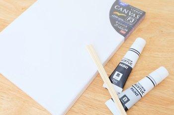 必要なのは、100均のキャンバスとアクリル絵の具、そして割り箸です。