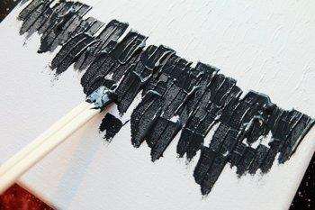 水を加えないまま、アクリル絵の具を割り箸につけてペタペタ乗せていくと、割り箸の溝部分がいい感じに表情を生んでくれます。 白→薄いグレー→濃いグレー→白を少しだけ混ぜた黒の順に塗り重ねていくと、ご紹介した画像のような作品に仕上がります。