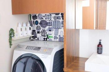 洗濯機の上に置くと、蛇口やコンセントなどの生活感が出やすいパーツの目隠しにもなりますよ。