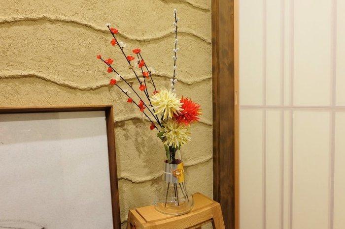 こちらは、ガラスの花瓶を100均の折り紙と水引で和風にアレンジしたお正月飾り。飾られている造花ももちろん100均!
