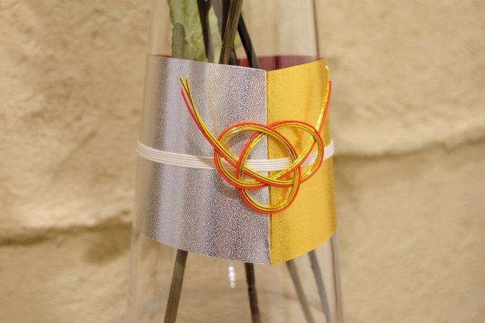 水引きは「あわじ結び」という形にされています。折り紙は裏側にも色が付いているものを選べばより華やかに。すぐに取り外せるので、お正月だけ花瓶をおめかしするのにいいですね。