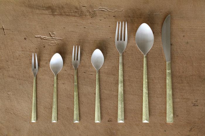 カトラリーの種類はスプーン(大・中・小)、フォーク(大・中・小)、ナイフ、スープスプーンを展開しています。熟練の職人によって一つ一つ丁寧に作られるカトラリーは、細部にまでこだわりぬいたディテールの美しさも魅力です。真鍮鋳肌を活かしたモダンで上質なカトラリーは、ワンランク上のおしゃれな食卓を演出してくれます。