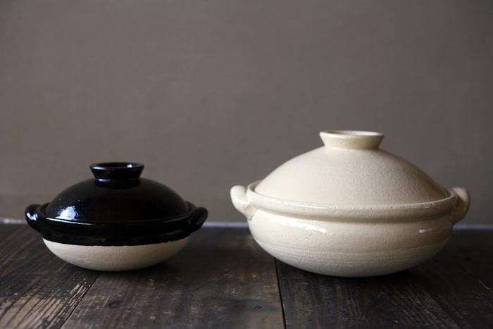 素朴で温かみのあるお洒落な「古伊賀土鍋」は、トウジキトンヤの人気商品のひとつです。土鍋の素材には、焼成すると多孔性の素地になる伊賀の陶土を使用しているため、土鍋本体がしっかりと熱を蓄えて食材の芯までじっくりと火を通します。食材の旨みを最大限に引き出して料理をまろやかに仕上げる土鍋は、冬の定番メニューである鍋料理はもちろん、ご飯を炊く・煮る・蒸すなど、様々な料理に活躍します。