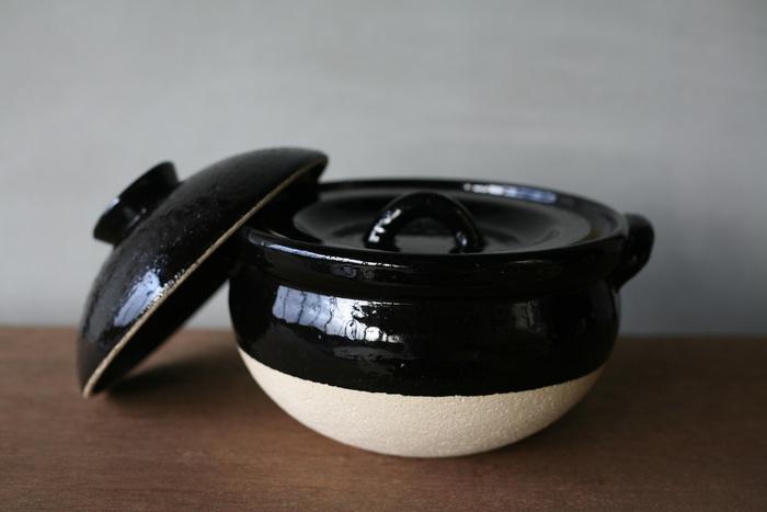 ご飯鍋は内蓋・外蓋の二重仕様になっており、程よく圧がかかり吹きこぼれがしにくいのもポイントです。また、良質な伊賀の陶土で焼いた土鍋とご飯鍋は、どちらも原料に特別な耐火成分を追加していないため、使用する過程で貫入(表皮の細かいヒビ)が入りやすいという特徴があります。こうした陶土の特性も魅力の一つとして、使い込むほどに増す独特の味わいも楽しむことができます。