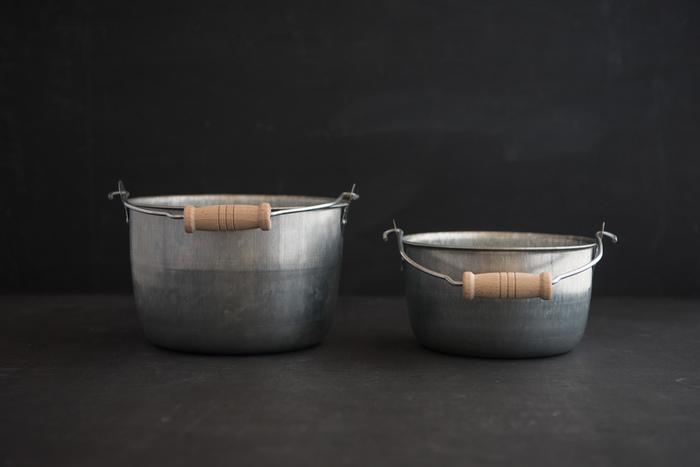 コロンと丸いフォルムが可愛い松野屋の「トタン豆バケツ」。バケツの素材には屋根材や壁材に使われるトタン材を使用し、耐久性に優れ、サビに強く腐食しにくいのが特徴です。どこか懐かしいレトロな佇まいと、日常使いしやすい小ぶりなデザインも魅力です。サイズは大・小の2種類が展開されており、2つを重ねて収納することができます。