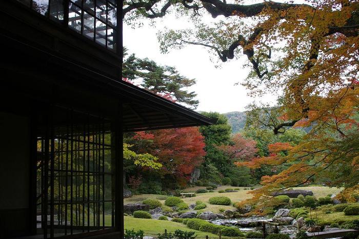 「無鄰菴」は、琵琶湖疏水を引き込んだ、池泉回遊式庭園です。 簡素な木造の母屋と茶室、煉瓦造の洋館が建つ園内は、東山を借景にして、木々と芝生、水と石で構成された、開放的な庭園が広がっています。川の音や季節の風を感じ、四季折々に変化する、穏やかな景色を楽しみながらゆったりと周り歩けます。