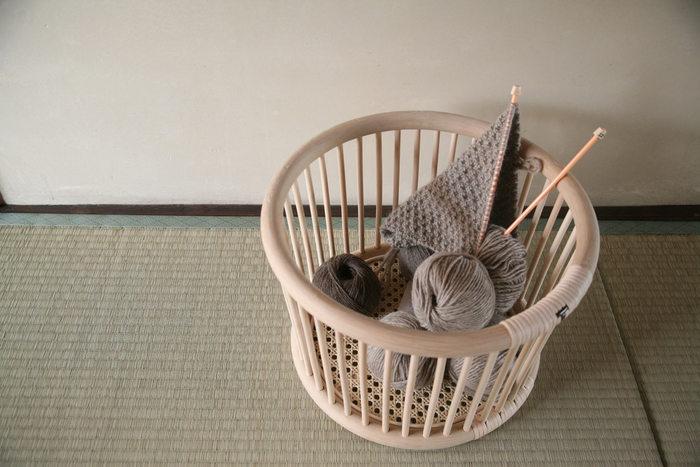 編み物セットや雑誌をまとめるのに最適なバスケットは、北欧インテリアにも馴染むおしゃれな丸型のデザインが特徴です。籐製品ならではの優しい風合いが、玄関・リビング・寝室など、お家の中の様々な空間を明るく演出します。脱衣かごとバスケットはどちらもメンテナンスを受け付けているので、お手入れをしながら長く使い続けることができます。使い込むほどに愛着も風合いも増す『ツルヤ商店』の籐製品は、次世代へと受け継ぐことのできる名品です。