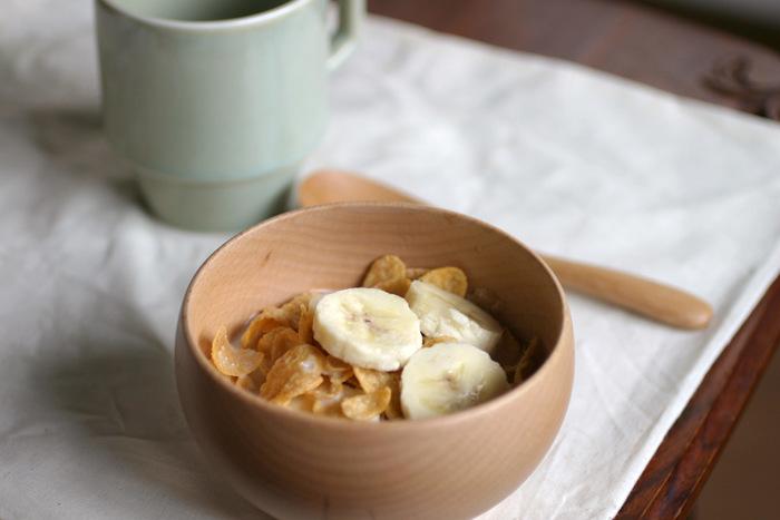 シンプルでナチュラルな銘木椀は、お味噌汁はもちろんのこと、コーンフレークやサラダなど和洋問わず使えるのも魅力です。天然木ならではのナチュラルな風合いと愛らしいデザインが、毎日の食卓を温かく演出してくれます。職人さんが一つ一つ丁寧に、長い時間と手間をかけて作る上質なお椀は、長く大切に使い続けたいと思わせてくれる逸品です。