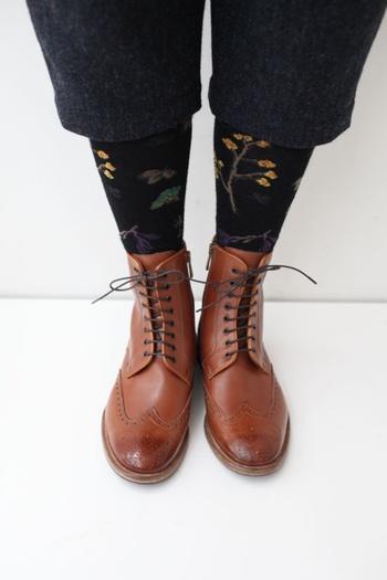 メンズ風のクールなイメージで履きこなせ、さまざまなコーディネ―トが楽しめるのも魅力的。すべり止め・ラバー付きの革底で、履き心地がいいのもうれしい特徴です。