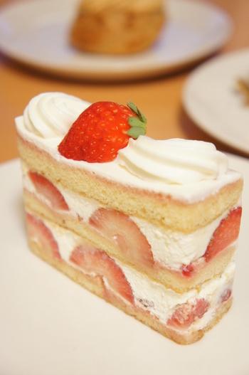 しっとりとした生地としつこすぎない生クリーム、たっぷりつまったイチゴの酸味が絶妙の「シャンティフレーズ」は、エーグルドゥースでも人気ナンバーワンのケーキです。