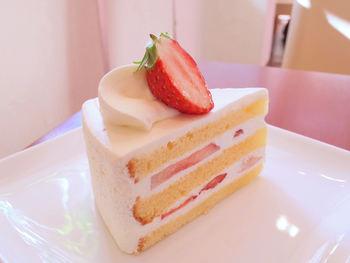 上品な甘さの生クリームとふんわりしたスポンジの口どけが良い「いちごのショートケーキ」。軽すぎずコクもあるケーキです。