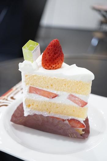 イチゴの甘酸っぱさ、甘さひかえめの弾力のある生クリーム、ふんわりきめ細かいスポンジの「ガトーフレーズ」は、コクがあるのに軽いケーキです。
