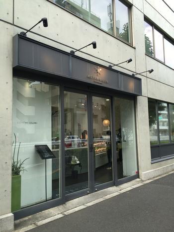 小田急線・東京メトロ代々木上原駅から徒歩2分ほどの所にある「ASTERISQUE(アステリスク)」は、日本を代表するパティシェ和泉光一さんがオーナーのお店です。