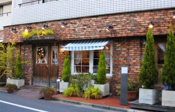 「FRENCH POUND HOUSE(フレンチ パウンド ハウス)」は、JR山手線、都営地下鉄三田線 巣鴨駅から徒歩3分ほどの閑静な住宅地にあります。