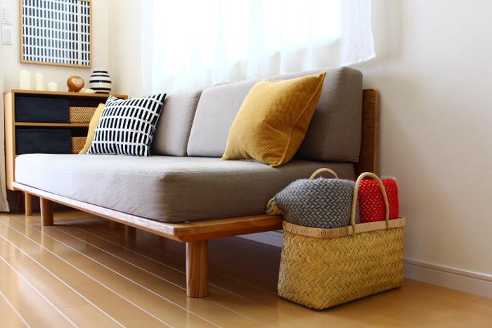 家具にかけずとも、くるっと丸めてチェアやソファの近くにまとめて置いておくだけでも、ぬくもりあるインテリアのアクセントに♪