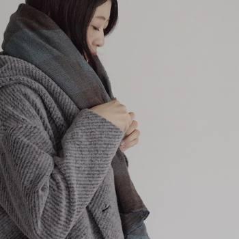 少し肌寒いときは、襟元に巻き物をアレンジしてみましょう。ウールガーゼのショールは、軽くて暖かいのでカバンの中に一枚入れておくと重宝します。