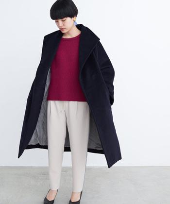 厚手のコートはともすると重い印象になってしまいがちです。中に着るものをシンプルにすることで、季節に合った重さに調整できます。