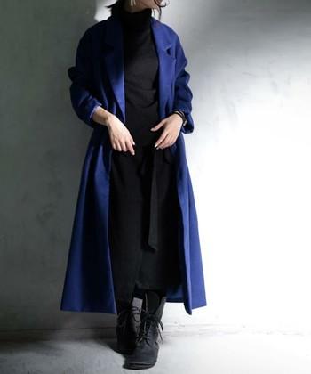 袖をまくってワンピースコート風にしたら、女らしい雰囲気に。編み上げのショートブーツで季節感を出しています。